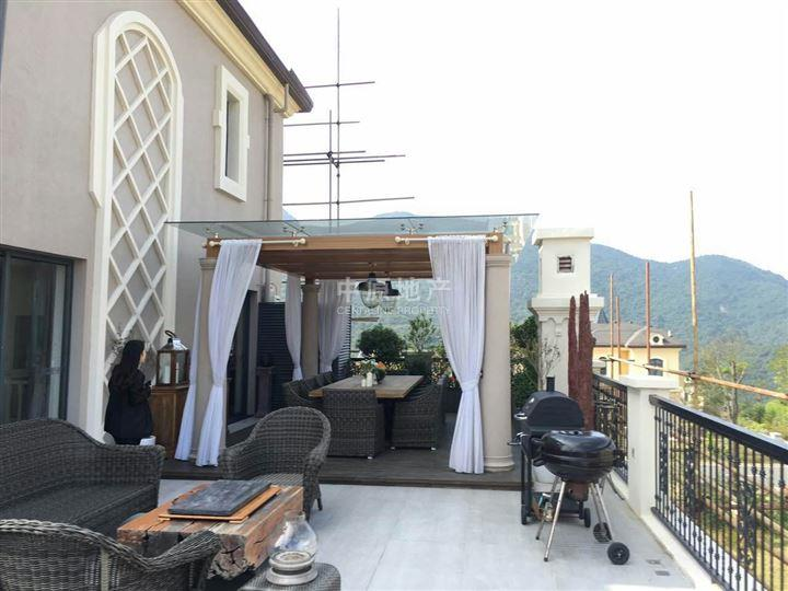 卧室带露天阳台装修效果图